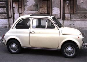To 1957 η Fiat έγραφε ιστορία με την παρουσίαση ενός αυτοκινήτου μόλις τριών μέτρων που εξυπηρετούσε ολόκληρες οικογένειες: του λιλιπούτειου Fiat 500.
