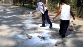 Όχλος λίvτσαρε και έκαψε ζωντανούς νεαρούς γιατί «εκβίαζαν οδηγούς ταξί»