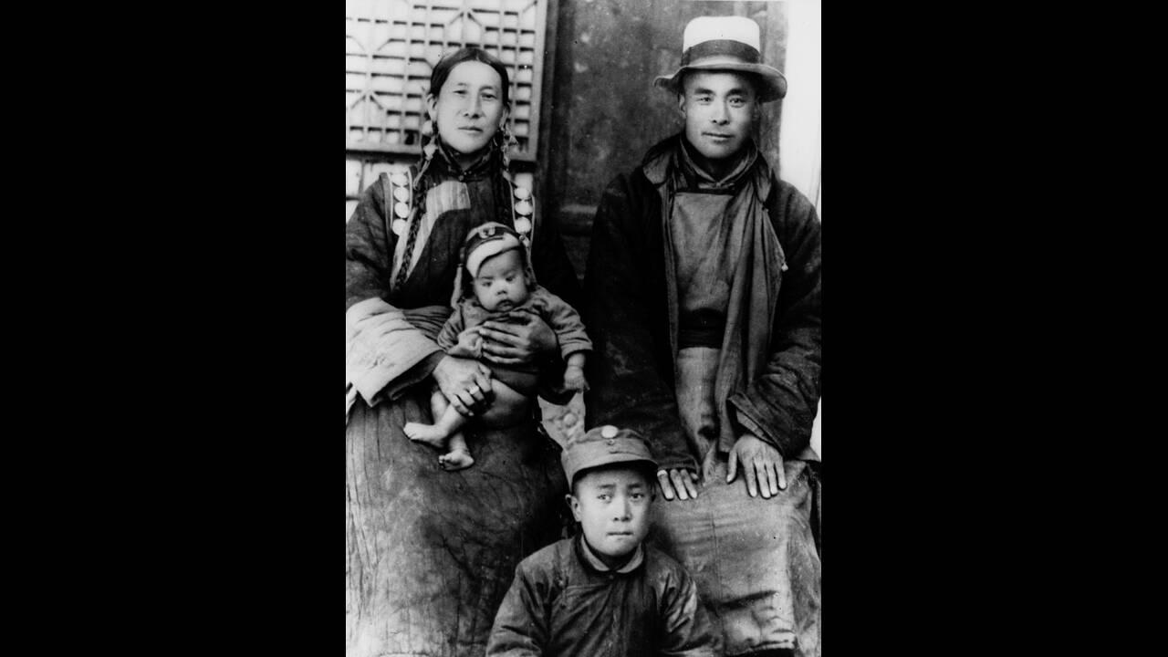 1940, οι γονείς του Δαλάι Λάμα. Οι υπερήφανοι γονείς του 14ου Δαλάι Λάμα, ποζάρουν στο Θιβέτ με τους δύο άλλους γιους τους. Ο νεαρός Δαλάι παίρνει σήμερα το χρίσμα του ανώτατου θρησκευτικού ηγέτη του Θιβετιανού Βουδισμού.