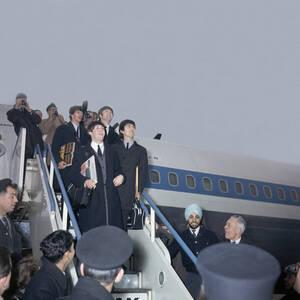 1964.  Οι Beatles επιστρέφουν στο Λονδίνο μετά την περιοδεία τους στις ΗΠΑ, που τους καθιέρωσε ως παγκόσμιους σταρ.
