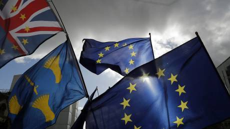 Guardian: Οι Βρετανοί ίσως χρειαστεί να πληρώνουν για να επισκεφθούν την Ευρώπη μετά το Brexit