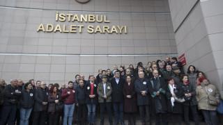 Συγκέντρωση σε δικαστήριο της Κωνσταντινούπολης κατά της καταδίκης δημοσιογράφων