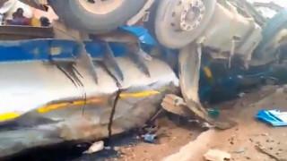 Ασύλληπτη τραγωδία: Βυτιοφόρο που μετέφερε οξύ συγκρούστηκε με λεωφορείο (vid)