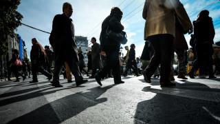 ΙΟΒΕ: Το 64% των Ελλήνων μόλις που τα βγάζει πέρα