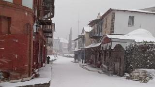Εντυπωσιακές εικόνες: Αποκλεισμένο από τα χιόνια το Άγιο Όρος