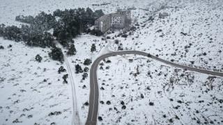 Κακοκαιρία: Κλειστή η λεωφόρος Πάρνηθας λόγω χιονόπτωσης
