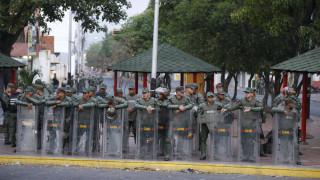 Βενεζουέλα: Ο στρατός διέλυσε με δακρυγόνα διαδήλωση - Τρεις στρατιώτες αυτομόλησαν στην Κολομβία