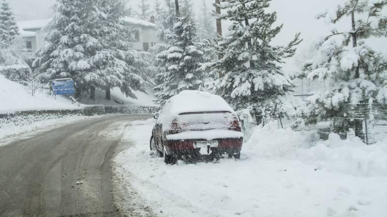Λάρισα: Λεωφορεία και αυτοκίνητα αποκλείστηκαν στα χιόνια για ώρες