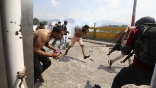 Χάος στη Βενεζουέλα: Δύο νεκροί σε συγκρούσεις - Στις φλόγες φορτηγό με ανθρωπιστική βοήθεια