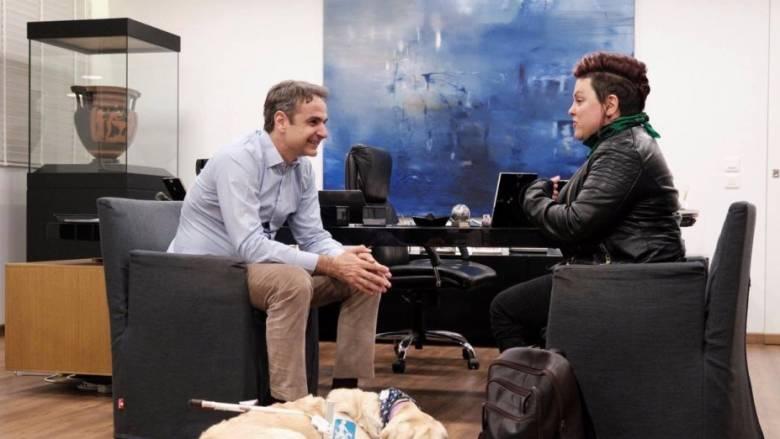 Ο Μητσοτάκης με την αναπληρώτρια γραμματέα Κοινωνικής Αλληλεγγύης της ΝΔ και το σκύλο συνοδό της
