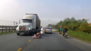 Βίντεο που κόβει την ανάσα: Μητέρα σώζει το παιδί της από τις ρόδες φορτηγού