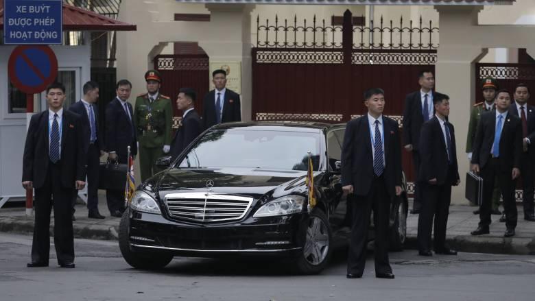 Βιετνάμ: Ο Κιμ είχε πάλι τους σωματοφύλακες στο… τρέξιμο! Έφτασε και ο Τραμπ