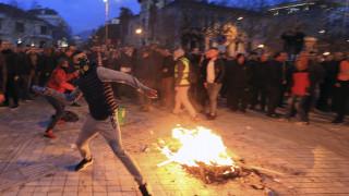 Αλβανία: Νέα επεισόδια έξω από τη Βουλή – «Βροχή» τα δακρυγόνα