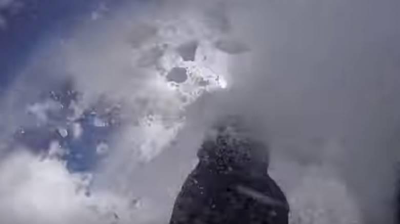 Σοκαριστικό βίντεο - Χιονοστιβάδα «καταπίνει» σκιέρ: Καρέ – καρέ η τρομακτική στιγμή