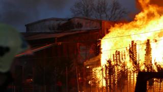 Πύρινη κόλαση στη Λάρισα: Εργοστάσιο παραδόθηκε στις φλόγες