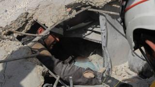 Εικόνες «γροθιά» στο στομάχι: Κοριτσάκι στη Συρία περιμένει να σωθεί δίπλα στη νεκρή αδελφούλα του