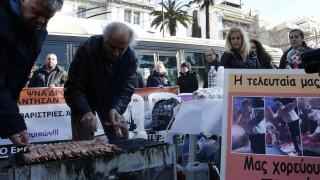Διαδήλωση της ΠΟΕΔΗΝ με... σουβλάκια έξω από τη Βουλή
