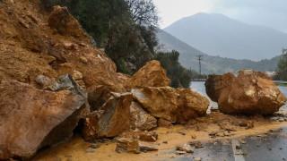 Κατέρρευσε τμήμα μνημείου στην παλιά πόλη των Χανίων - Ζημιές σε τρία αυτοκίνητα