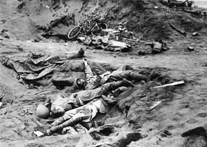 1945 Νεκροί Αμερικανοί πεζοναύτες και Ιάπωνες στρατιώτες, μετά από μάχη σώμα με σώμα, στην ακτή της Ίβο Ζίμα.