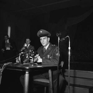 1960 Ο Έλβις Πρίσλεϊ αποστρατεύεται και ετοιμάζεται να επιστρέψει στις ΗΠΑ από το Friedberg της Γερμανίας, όπου υπηρέτησε τη θητεία του. Πάνω από 150ν δημοσιογράφοι παρακολούθησαν τη συνέντευξη Τύπου που έδωσε με αφορμή το γεγονός.