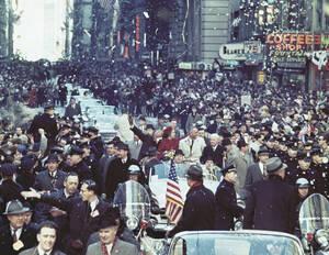 1962 Ο αστροναύτης Τζον Γκλεν, η σύζυγός του και ο αντιπρόεδρος των ΗΠΑ Λίντον Τζόνσον, στην παρέλαση προς τιμήν του Γκλεν και της πρώτης επιτυχούς τροχιάς του γύρω από τη Γη στη Νέα Υόρκη.