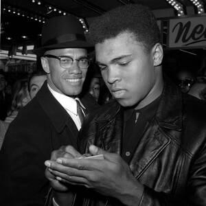 1964 Ο Παγκόσμιος Πρωταθλητής βαρέων βαρών στο μποξ, Μοχάμετ Άλι με τον Malcolm X, στη Νέα Υόρκη.