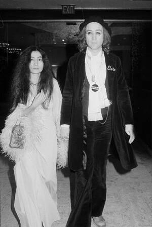 1975 Ο Τζον Λένον και η Γιόκο Όνο φτάνουν στην απονομή των βραβείων Grammy στη Νέα Υόρκη. Ο Λένον θα τραγουδήσει κατά τη διάρκεια της βραδιάς.