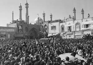 1979 Ο Αγιατολάχ Χομεϊνί επιστρέφει στην Τεχεράνη από την εξορία και εκατοντάδες χιλιάδες Ιρανοί έχουν βγει στους δρόμους για να τον υποδεχτούν.
