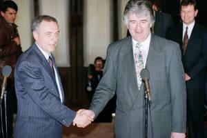 1994 Ο υπουργός Εξωτερικών της Ρωσίας Αντρέι Κοζίρεφ (αριστερά) και ο ηγέτης των Σερβοβόσνιων, Ράντοβαν Κάρατζιτς, δίνουν τα χέρια μετά από συνομιλίες ανάμεσα στις δύο πλευρές, στη Μόσχα.