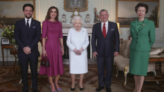 Το μελανιασμένο χέρι της βασίλισσας Ελισάβετ ανησυχεί τη Βρετανία
