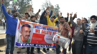 Το Πακιστάν παρέδωσε στην Ινδία τον πιλότο του μαχητικού που είχε συλλάβει
