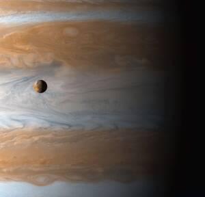 Η Ιώ, ο δορυφόρος του Δία, όπως φωτογραφήθηκε από το διαστημικό σκάφος Cassini που εκτοξεύτηκε το 1997