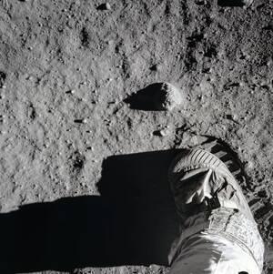 Η πατημασιά του Μπαζ Όλντριν στη σελήνη.  Εικάζεται ότι παραμένει ακόμη εκεί, καθώς το φεγγάρι δεν έχει ατμόσφαιρα ούτε βρέχει ώστε να σβηστεί.