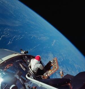 O αστροναύτης Ντέιβ Σκοτ κοιτάει τη Γη από το Αpollo 9 τον Μάρτιο του 1969