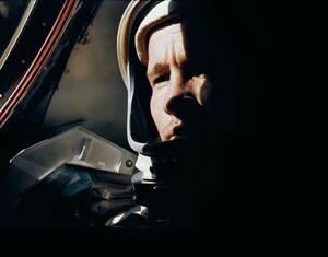 Ο αστροναύτης Εντ Γουάιτ ποζάρει για τον επικεφαλής της αποστολής Τζιμ ΜακΝτίβιτ στο Gemini 4 τον Ιούνιο του 1965. Κατά τη διάρκεια αυτής της αποστολής πραγματοποιήθηκε και η πρώτη διαστημική «βόλτα».