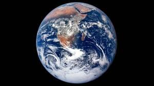 Η Γη από ψηλά. Η φωτογραφία τραβήχτηκε από το πλήρωμα του Apollo 17 ενώ ο διαστημικό σκάφος τους ταξίδευε προς τη σελήνη
