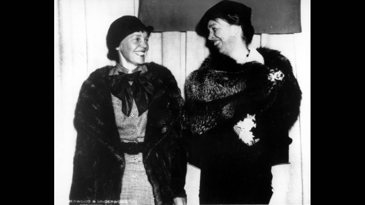 1935 Η αεροπόρος Αμέλια Έρχαρτ και η Πρώτη Κυρία των ΗΠΑ, Έλενορ Ρούσβελτ, στα γραφεία του National Geographic, στην Ουάσινγκτον.