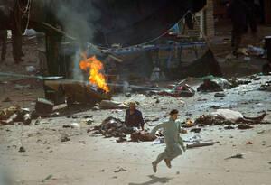 2004 Αυτή η φωτογραφία, ενός νέου που τρέχει δευτερόλεπτα μετά από πολλαπλές εκρήξεις στην Καρμπάλα του Ιράκ, κέρδισε το βραβείο Πούλιτζερ.