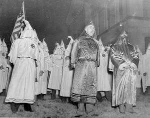 """1948 Στο κέντρο της φωτογραφίας μέλη της Κου Κλουξ Κλαν διαμαρτύρονται στην πολιτεία της Γεωργίας, για τα δικαιώματα που θέλει να δώσει ο Πρόεδρος Τρούμαν στους μαύρους. """"Αν οι νέγροι πάρουν θέση δίπλα στους λευκούς, αίμα θα τρέξει στους δρόμους"""" ήταν το"""
