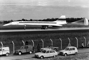1967 Το Κονκόρντ φρενάρει, λίγο μετά την παρθενική δοκιμαστική του πτήση, που διήρκεσε 27 λεπτά, στο αεροδρόμιο της Τουλούζης.