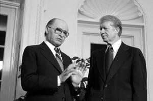 """1979 Ο Πρωθυπουργός του Ισραήλ Μεναχέμ Μπέγκιν με το Τζίμι Κάρτερ στο Οβάλ Γραφείο, στην Ουάσινγκτον, πριν ξεκινήσουν οι συνομιλίες ανάμεσα στις δύο χώρες για την κατάσταση στη Μέσα Ανατολή. Ο Μπέγκιν έχει δηλώσει ότι """"δεν θα πιεστεί να υπογράψει ειρήνη"""
