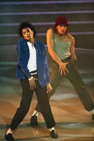 1988 Ο Μάικλ Τζάκσον επί σκηνής στην τελετή για την απονομή των βραβείων Grammy στη Νέα Υόρκη. Ο Τζάκσον κέρδισε οκτώ βραβεία, το 1984, για το άλμπουμ του, Thriller.