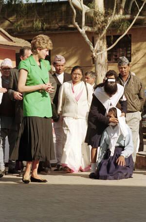 1993 Η πριγκίπισσα της Ουαλίας Νταϊάνα στο Νεπάλ, στα γραφεία του Ερυθρού Σταυρού, κατά τη διάρκεια επίσημης επίσκεψής της στη χώρα.