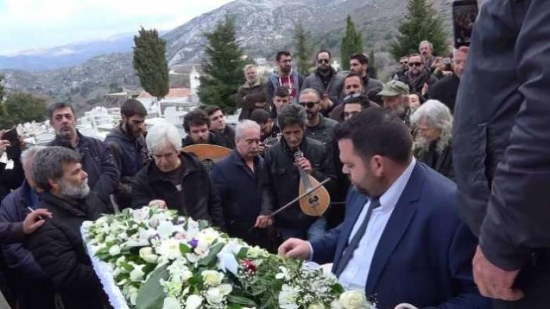 Κρήτη: Με λύρες και μαντινάδες το τελευταίο «αντίο» σε αγαπημένο λυράρη