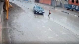 Πλάνα που κόβουν την ανάσα: Ελιγμός οδηγού σώζει τη ζωή αγοριού