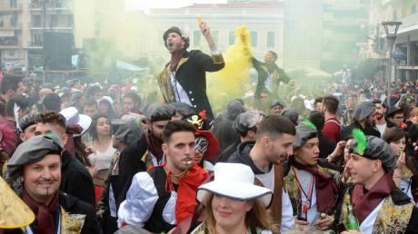 Πατρινό καρναβάλι: «Πλημμύρισαν» οι δρόμοι με πολύχρωμες στολές και τραγούδι