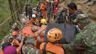 Ινδονησία: «Σβήνουν» οι ελπίδες για εντοπισμό επιζώντων στο παράνομο χρυσωρυχείο που κατέρρευσε