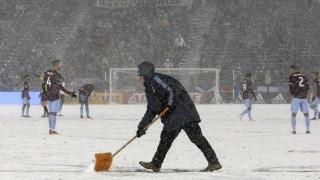 Ο «παγωμένος» διαιτητής στους - 7 βαθμούς Κελσίου: Συγκλονιστικές εικόνες σε ποδοσφαιρικό αγώνα