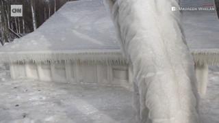 Ένα σπίτι «εγκλωβισμένο» στον πάγο: Ιδού τι προκάλεσαν το ψύχος και μία θύελλα