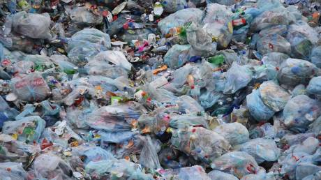 WWF: Η Ελλάδα εξακολουθεί να θάβει το μεγαλύτερο μέρος των πλαστικών αποβλήτων της